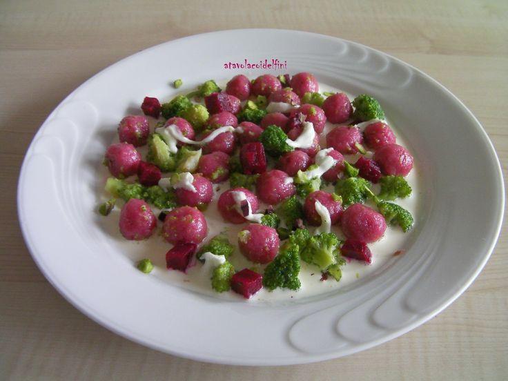 """""""Biglie"""" di patate salentine e barbabietole rosse con broccoli su stracciatella di mozzarella e pistacchi di Bronte (Ct)"""