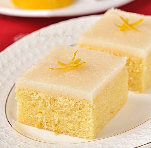 Ингредиенты: 2 50 г. пшеничной муки, 150 г. сахара, 150 г. сливочного масла, 50 г. сметаны, 3 яйца, сок и цедра 1/2 лимона, 15 г. имбиря, 1/2 ч. л. ванильной эссенции, 1/2 ч. л. соды.…