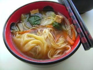 Sopa asiática Ingredientes: 200 gr. de tofu 2 cucharaditas de salsa de soja 2 zanahorias 1/2 puerro 1 daikon (o bien 1 nabo blanco o 1 colinabo) 1 bock choy 4 wan tun 1 palito de fideos chinos para sopa (parecidos a los spaguetis de toda la vida) 1 litro de caldo vegetal (o bien … … Continue reading →