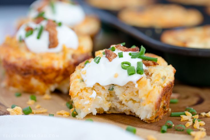 Loaded Mashed Potato Puffs are filled with bacon, cheese and chives and are perfect for an unexpected dinner side or your Easter Brunch! via @yellowblissroad