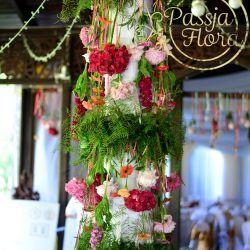 Kwiatowe girlandy na filarze