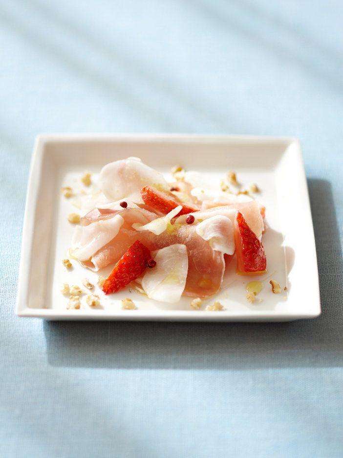 消化を促進するアミラーゼを含むかぶは、この季節に生で摂りたい食材。たんぱく質とともに摂れば血管の硬化を防ぐ。いちごをプラスすれば華やかなごちそうカルパッチョに変身。|『ELLE a table』はおしゃれで簡単なレシピが満載!