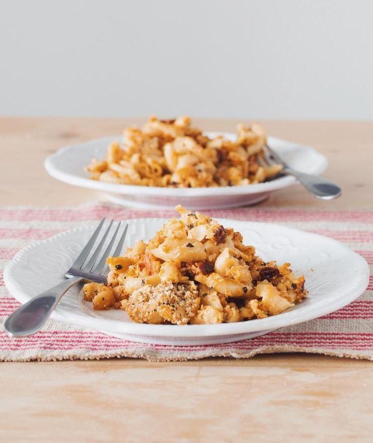 Essayez notre version végétalienne de sauce au fromage, avec des noix de cajou, du lait de noix, de la levure alimentaire et des patates douces.