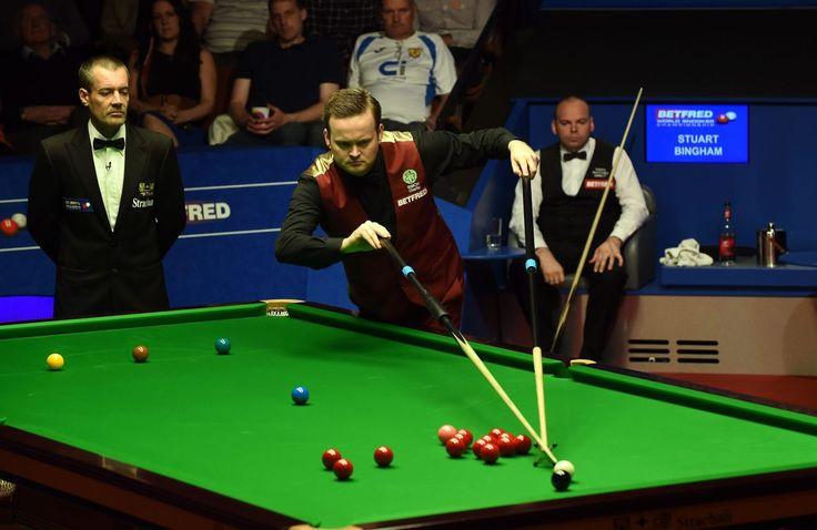 04.05 L'Anglais Shaun Murphy, concentré sur un coup joué de manière acrobatique, lors du championnat du monde de snooker, qui se dispute à Sheffield (GB).Photo: AFP/Paul Ellis