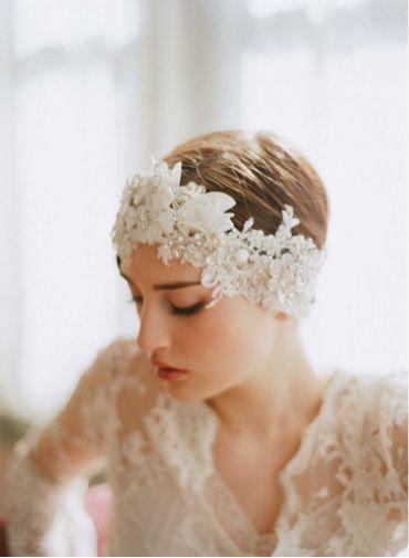 ドレスと合わせたターバンですっきりした印象♡ ショートヘアで作るウェディングドレスに合う髪型一覧。ウェディングドレス・カラードレス・花嫁衣装の髪型まとめ。
