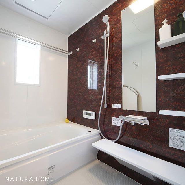 お風呂 は Toto の サザナ アクセントパネルはキリムレッドです
