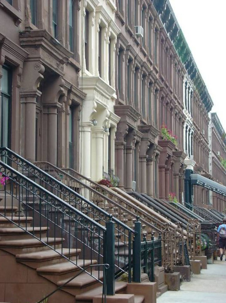 HARLEM ■ Harlem fut rattachée à New York en 1873. L'annonce, en 1880, de la prolongation du métro de Manhattan, provoqua la frénésie des promoteurs qui multiplièrent les maisons « brownstone » et les « apartments » pour la bourgeoisie blanche. Mais l'extension du métro fut retardée, la surabondance de logements fit chuter les prix, attirant les immigrants juifs d'Europe orientale puis les italiens