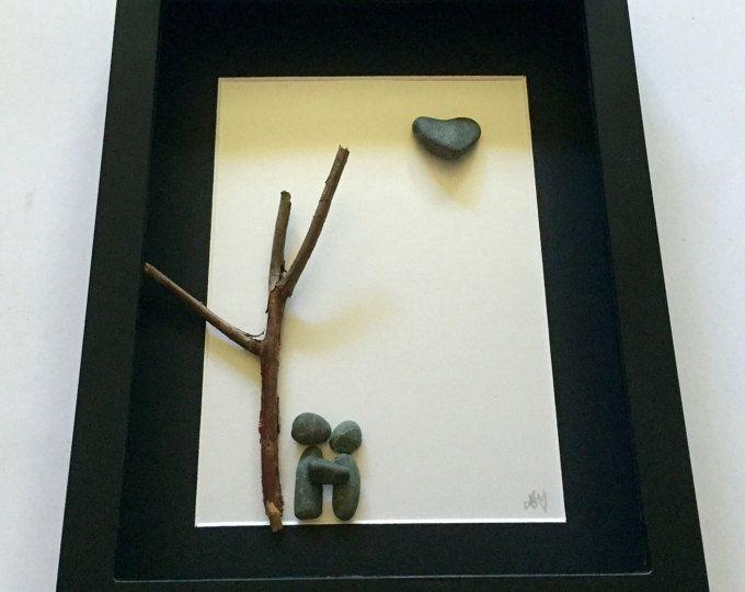 Unsere personalisierte Geschenke und individuelle Kunst Arbeit erfolgt mit einer Vielzahl von handverlesenen Materialien von den schönen Stränden von Vancouver Island, Kanada. Präsentiert in einem 8 X 10 Zoll ist schwarz Shadow-Box-Rahmen ein Stein Paar, die einen ruhigen Moment zusammen fangen sind. Ein feines twig hilft Capture dieser skurrilen Szene, während der Strand-Steine und Treibholz dem Stück eine nautische Atmosphäre geben. Eine einzigartige herzförmige Felsen macht dieses Stück…