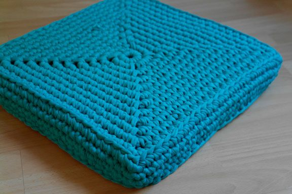 I've been working on these floor cushions for a while. Today I finally managed to buy some elastic yarn so I could finish the work. In the pic above, you see a floor cushion without any elast…