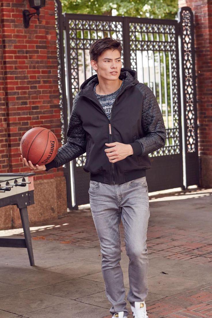 Schwarz, Weiß und Grau sind nicht unbedingt die strahlendsten Farben, wirken dafür aber umso männlicher. Die John Devin Softshelljacke macht wind- und wetterfest, die Jeans, das Shirt und die adidas Superstars sorgen auch bei Sturm für einen entspannten Look.