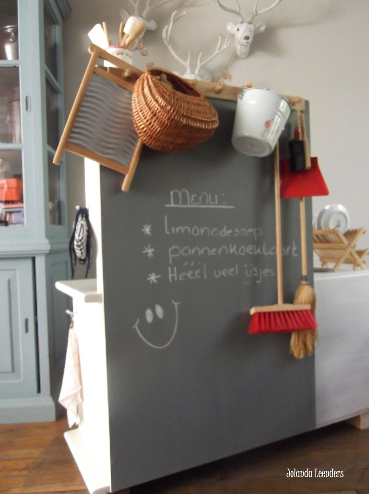 Knutsels van Jolanda. Schoolbord aan de achterkant van het keukentje