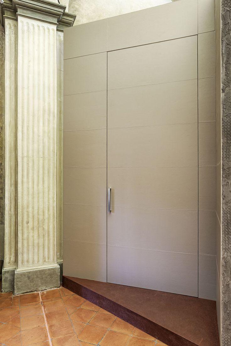Linvisibile Alba Filo 10 Hinged door, white leather finish.    #internaldoors #invisibledoors #showroom #designdoors