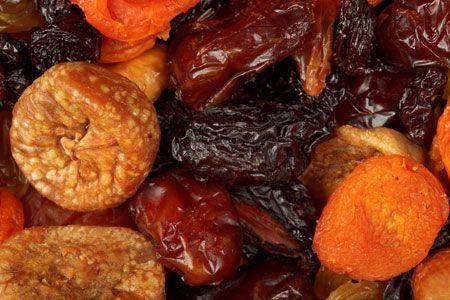 Τα αποξηραμένα φρούτα αποτελούν θρεπτικό γεύμα, εύκολο κολατσιό και υγιεινή λιχουδιά. Πως θα σας φαινότανε να τα παρασκευάσετε στο σπίτι γλυτώνοντας και από τα θειώδη άλατα που χρησιμοποιούνται συνήθως στις βιομηχανικές μονάδες για την αποξήρανσή τους; Σε λίγο καιρό θα... #βιταμινεσ