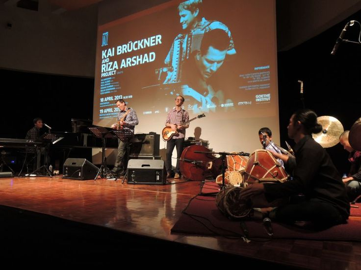 Riza Arshad hinted at how he coped with frustration having to shuttle back and forth from Jakarta to Bandung. His shows as the co-founder of simakDialog, a prominent jazz band in Indonesia had been limited to these two cities. And that evening, as he hosted two German jazz players playing in Goethe Haus, he voiced his pent-up dream that one day he would in turn be hosted in Germany.