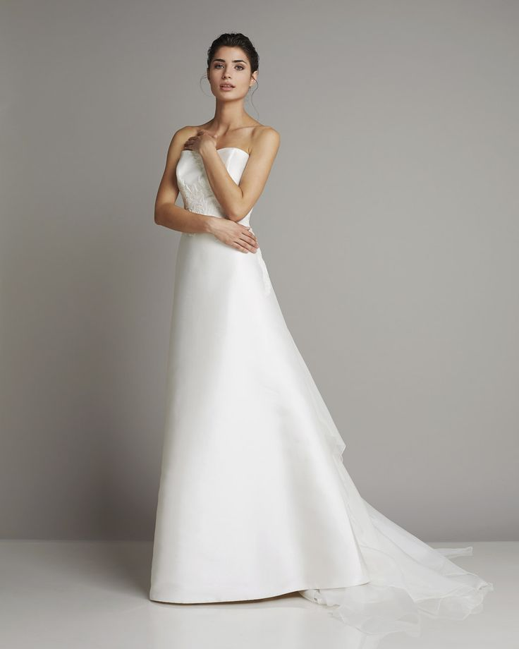 Timeless A-line gown with organdis train  www.giuseppepapini.com