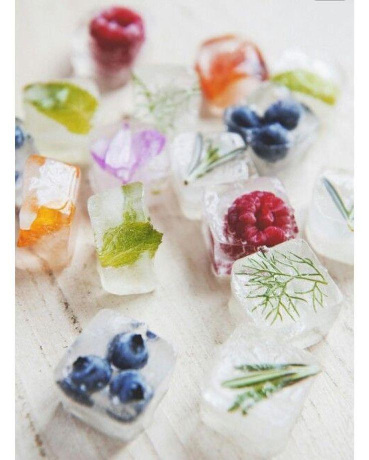 Diese floralen Eiswürfel sind ein wunderschönes …