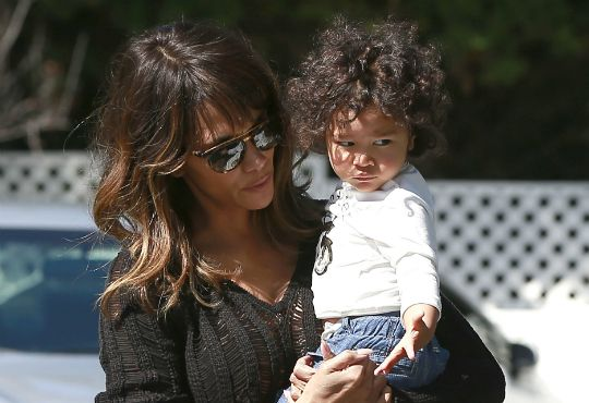 HALLE BERRY AND SON MAKE A GROCERY RUN - Black Celebrity Kids