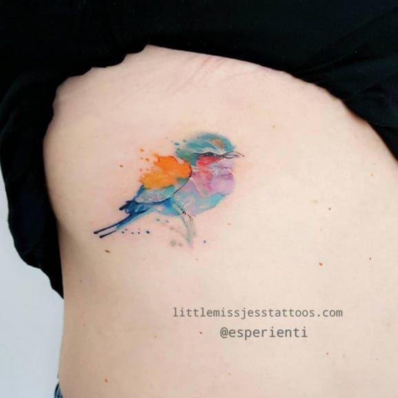 Lorsqu'une jeune artiste peintre, passionnée par la technique de l'aquarelle, se lance dans l'art du tatouage... Ça donne ça :