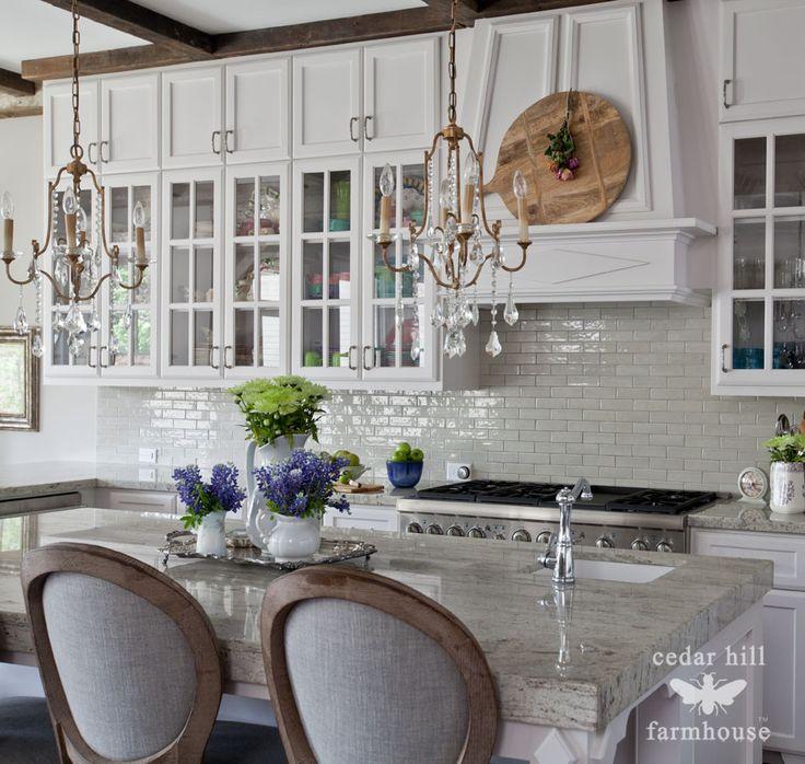 blanco-cocina-con-gris-Walker-Zanger-subwy-azulejo-protector contra salpicaduras