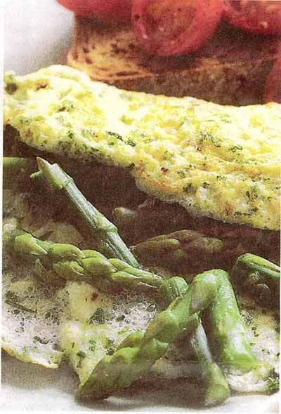 Eiwit omelet met asperges en kruiden