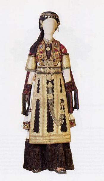 Καραγκούνα Θεσσαλίας - Γιορτινή και νυφική φορεσιά που φοριέται με παραλλαγές στα χωριά του κάμπου της Θεσσαλίας. Αρ. κατ. 6841