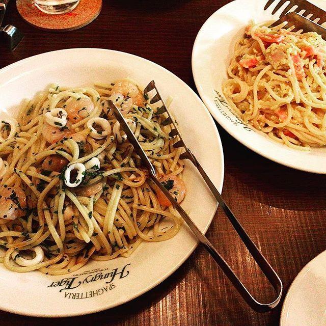 1967年創業のイタリアンレストラン、虎ノ門「ハングリータイガー」は、スパゲッティーが有名な人気店だ。ランチタイムは毎日大行列。よって、夜の予約にした。どうしても、オリジナルパスタの「ダニエル」が食べたかった。これ、ハム、ベーコン、オニオン、卵、のカルボナーラ風。人気の「ペスカトーレ&バジリコ」も同時に注文。創業50年の重みが感じられる、クラシックな美味しさに満足した。#虎ノ門#イタリアン#イタリア#銀座#赤坂#六本木ヒルズ#タイガー#阪神タイガース##東京#スパゲティ#美味しかった#料理#肉#魚#お酒#ワイン#卵#ハム#ベーコン#バジル#カルボナーラ#パスタ#オイル#ランチ#よるごはん#japan#japanese#kyoto#japanesefood#tokyo