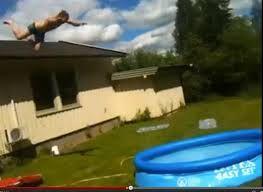 Un plongeon du toit dans une piscine gonflable [video] - http://www.2tout2rien.fr/un-plongeon-du-toit-dans-une-piscine-gonflable-video/