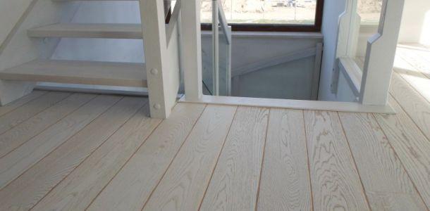 Piękna bielona podłoga drewniana marki #Tarkett. Realizacja w #Poznań