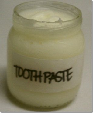 all natural toothpaste recipe using coconut oil and essential oils #DIY #NaturalBeauty
