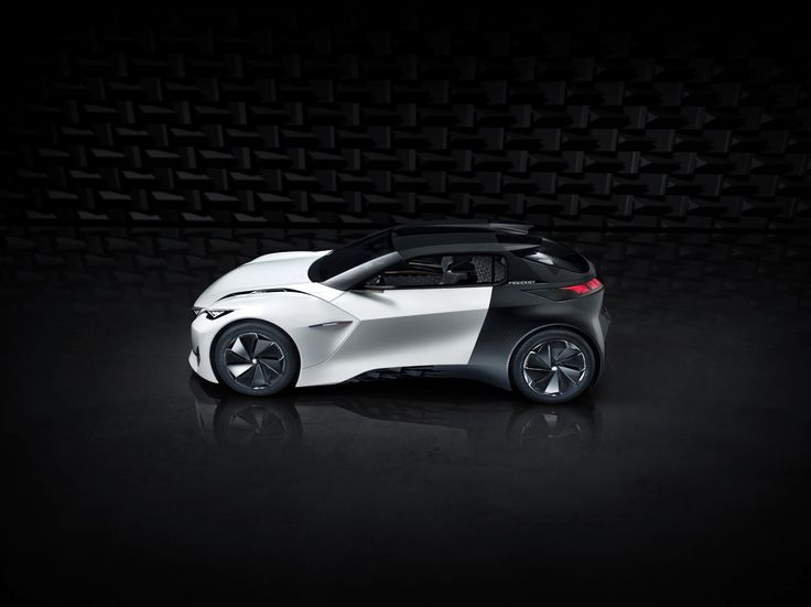 The Peugeot Fractal's styling also embodies the car's ease in an urban environment, which is reflected in the dynamic lines that flow along the length of the smooth body. The Coupe Franche, a straight line dual paint finish, further enhances the sense of vitality with a sharp shift from intense white to matt black at the door hinges.