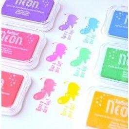 Stempelkussen radiant NEON. Een NEON stempelkussen met pigment inkt op waterbasis.  Tsukineko pigment inkt stempelkussens zijn diep van kleur en goed dekkend. En je stempel maar je eenvoudig schoon door deze af te spoelen onder de kraan of dmv een stempelreinger.