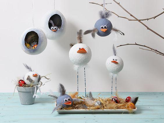 Wer gerne bastelt und gestaltet liebt auch Ostern. Die marmorierten Deko-Eier, die selbstgebastelten Hühner und hängenden Osternester sind Inspiration pur.
