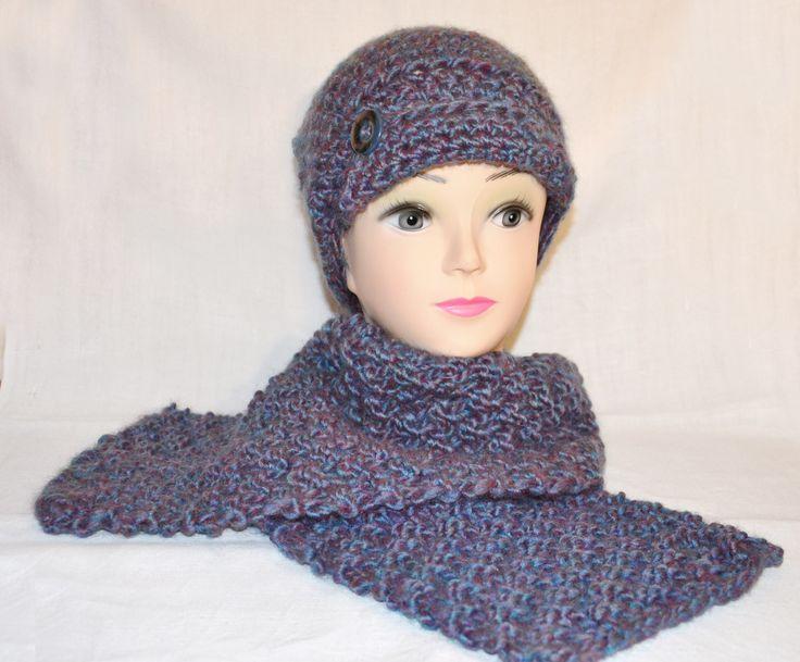Completo berretto + sciarpa realizzato all'uncinetto. Disponibile sul sito www.merceriamary.it