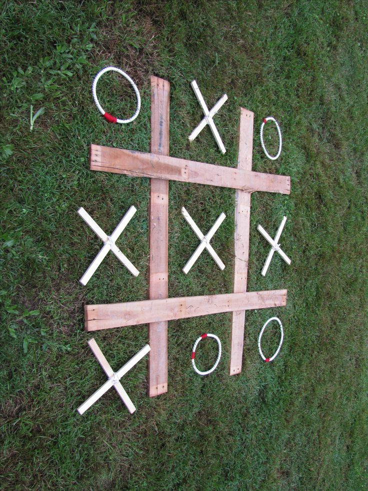 Noughts and Crosses made from an old pallet and some rope
