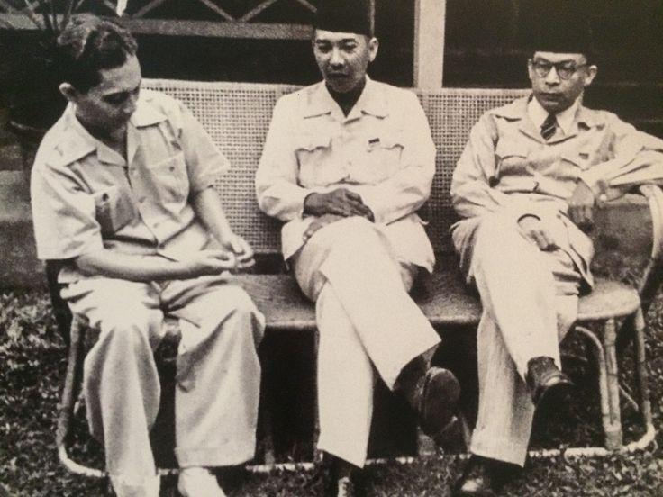 Bincang santai di kediaman Soekarno sebelum Sjahrir (kiri) diangkat sebagai PM RI pertama. Di sebelah kanan tampak Moh. Hatta, Oktober 1945. (IPPHOS - Antara Foto).