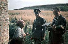Uma mulher cigana com um oficial alemão e o psicólogo nazista Dr Robert Ritter