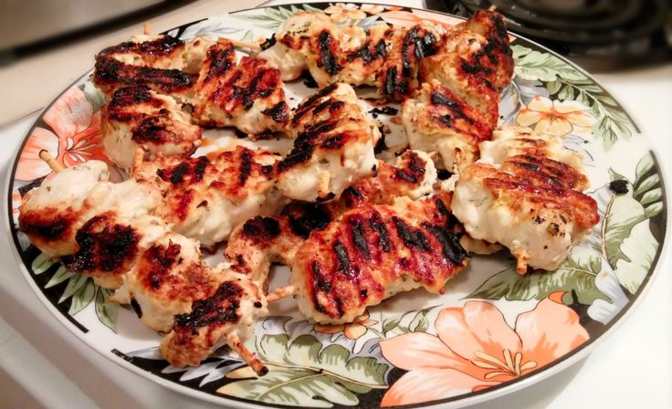 J'ADORE le poulet shish taouk. Pour moi, la cuisine libanaise est une des meilleures choses sur la planète. Surtout la sauce à l'ail servie avec les patates à l'ail. Bon okay, on va mettre quelque …