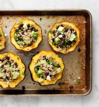 Zucche con avocado e quinoaUn primo vegetariano per il menu del Ringraziamento. La ricetta è di Love and lemons