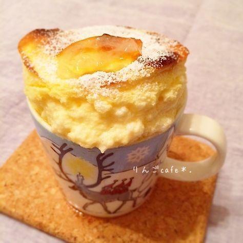 15分で完成〜マグカップスフレ♡ えりこさんレシピありがとうございます♪♪ マグカップにマーガリンを塗って 砂糖を振りかける。 オーブンを190度に余熱。 卵黄1 小麦粉 大1 ヨーグルト 大2 クリチ(kiri)1こ はちみつ 大1 をよく混ぜる。 卵白1 砂糖 大1 をしっかり固めにあわ立てる。 泡を消さないようにさっくり 混ぜ合わせてマグに入れる。 10分焼いたら完成♡ 夜食にはボリューミーやったから、 次は小さいココット2個とかで 作ってみたいな*(^o^)/*