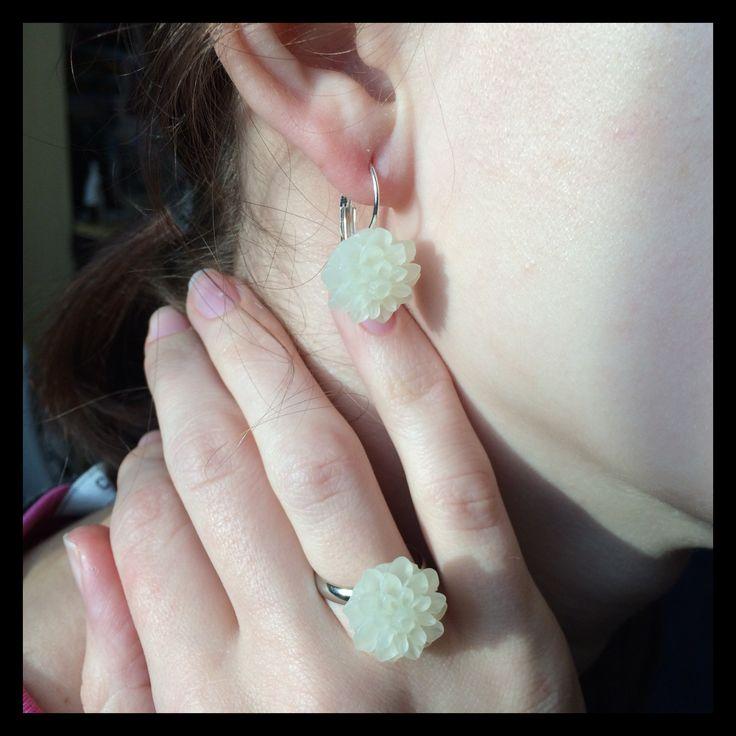 Sada kytičkových visacích náušek a prstýnku v barvě slonové kosti, velikost kytičky 1,5 cm