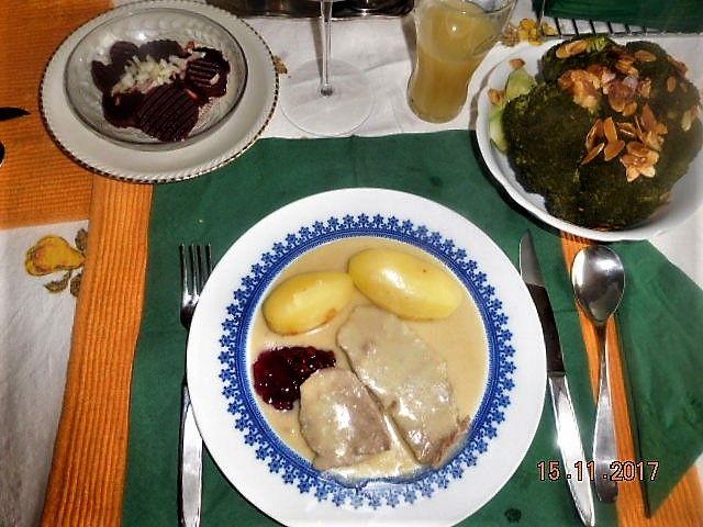 """Meerettichfleisch von der Hochrippe (2) Das Klassische ist von der """" Spitz`"""" (5); deshalb """" Tafelspitz"""" Meerettichsoße (aus der Brühe des gek.Fleisches) mit einem """" Klacks"""" Preiselbeeren. Rote Beete ( die klassische Beilage). Leider konnte ich von unserem lokalen Bauern keine frische bekommen. Gedämpfter Broccholi mit, in Butter gebratenen Mandelsplittern"""