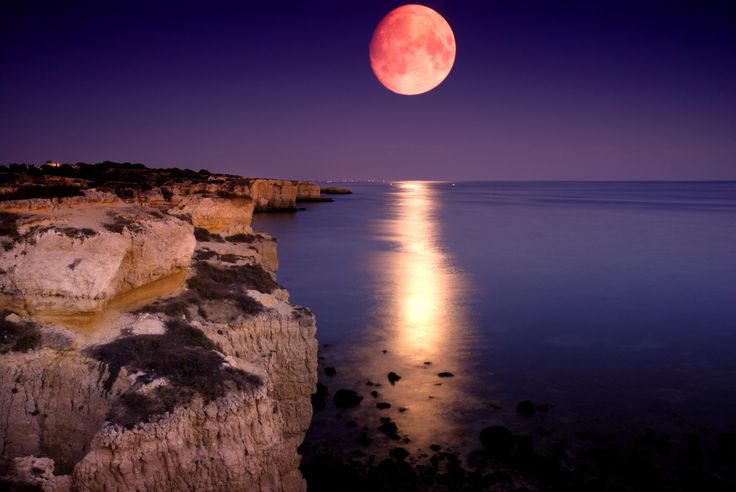 The Dramatic Coastline of Algarve, Portugal - via Bellhop Travel Magazine 03.12.2014 | The Algarve of Portugal refers to the southernmost region of mainland Portugal, and features some of the most dramatic coastlines in all of Europe. Photo: night over Algarve Coastline