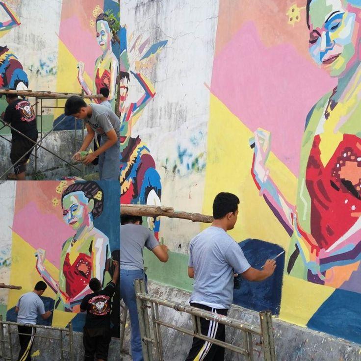 NGABUBURIT SAMBIL SAMBIL ASAH KREATIFITAS  Blora Minggu sore (4/6) tampak beberapa pelajar asik memainkan kuasnya dengan rapi di tembok. Dengan menggunakan alat bantu berupa tangga mereka membuat mural.  Dengan bimbingan tiga guru yakni Taufan Affandi Yudi Tezar dan Ahmad Idris mereka diarahkan membuat mural dengan tema nasionalisme dan seni budaya. Setidaknya akan ada 9 karya mural yang akan dihasilkan pelajar SMA tertua di Blora ini.  http://ift.tt/2qXpvnS