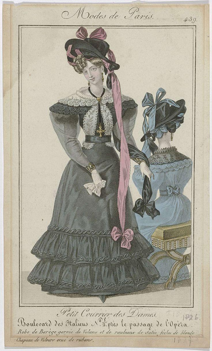 Anonymous   Petit Courrier des Dames, 1826, No. 439 : Robe de Barège garnie de Volans..., Anonymous, Dupré (uitgever), 1826   Vrouw gekleed in een japon van barège, afgezet met gerimpelde stroken stof en een rouleaux van satijn. Lange doorzichtige mouwen over korte pofmouwen. Fichu van Blonde (kloskant), onder het ceintuur doorgestoken. Hoed van fluweel, versierd met lange linten. Verdere accessoires: oorbellen, collier met hanger in de vorm van een kruis, armbanden om beide polsen…