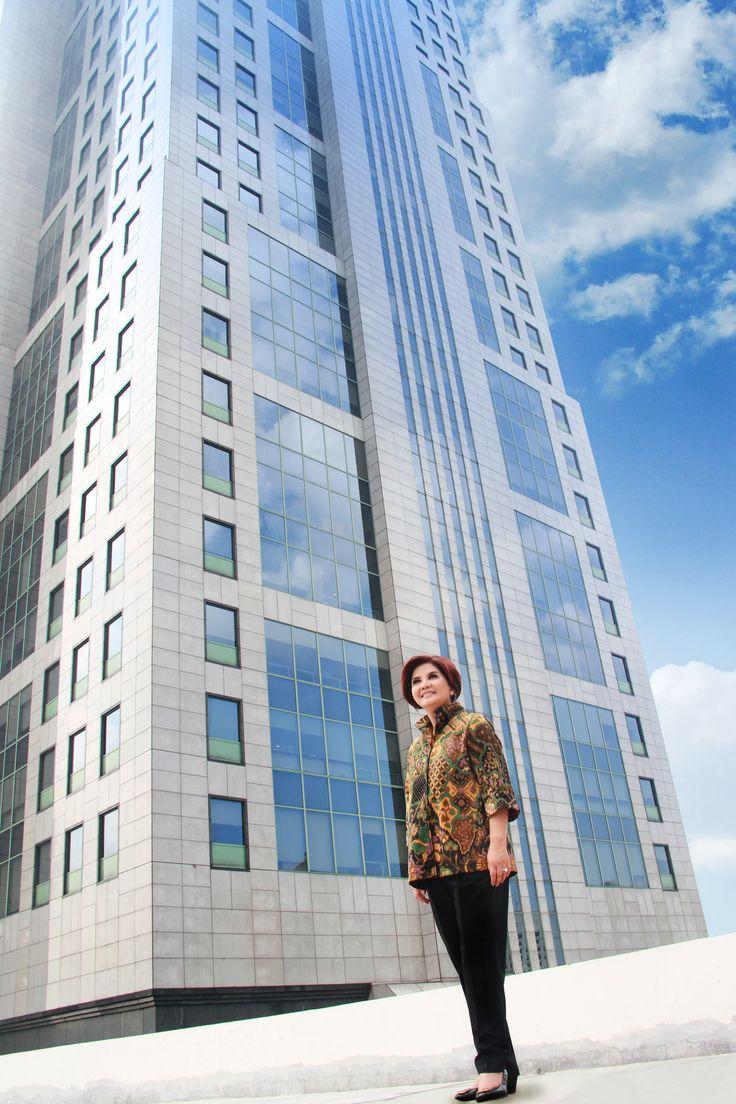Perempuan bernama Aviliani ini bisa dibilang memiliki kehidupan yang tak se-simple namanya. Aktivitasnya begitu beragam diisi dengan berbagai kegiatan sesuai dengan passion dirinya. Dari pengamat ekonomi, dosen di STIE Perbanas dan berbagai instansi lainnya, ekonom INDEF, menjadi sekretaris Komite Ekonomi Nasional (KEN) yang dibentuk mantan Presiden Susilo Bambang Yudhoyono, hingga menjadi komisaris independen Bank Mandiri.