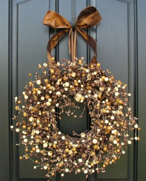 Brown #berry #wreath - #classic autumn look.