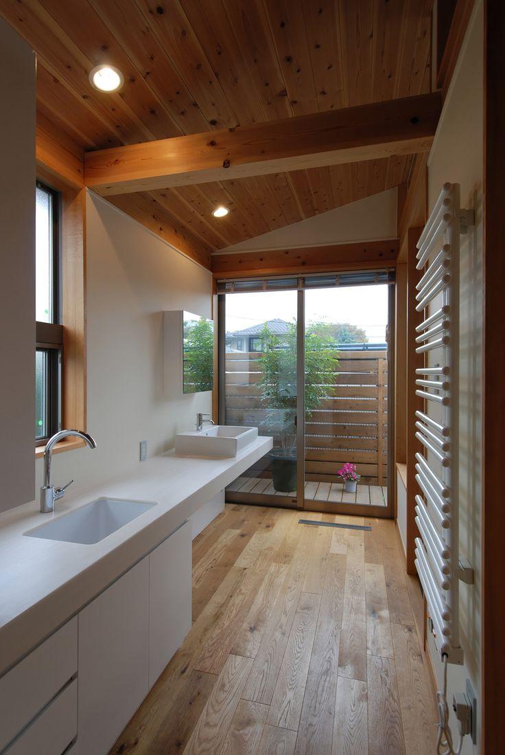 洗濯テラスに通じる洗面スペース