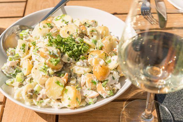 Fris van smaak, puur genieten; Een heerlijke frisse aardappelsalade met een lichte citroensmaak en een lichtere dressing dan normaal. Ideaal voor een picknick of als bijgerecht  voor een zomerse barbecue.