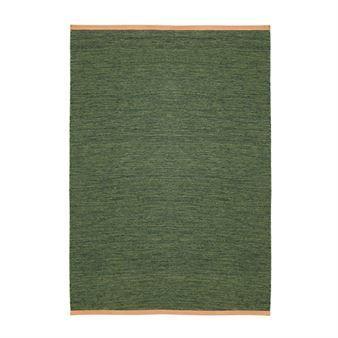 Den eleganta stora Björk mattan i grönt kommer från Design House Stockholm och är designad av Lena Bergström. Mattan är tillverkad i ull av hög kvalitet och har en snygg läderkant i en ljusbrun nyans vilket ger mattan en exklusiv look. Placera mattan i vardagsrummet eller varför inte i matsalen