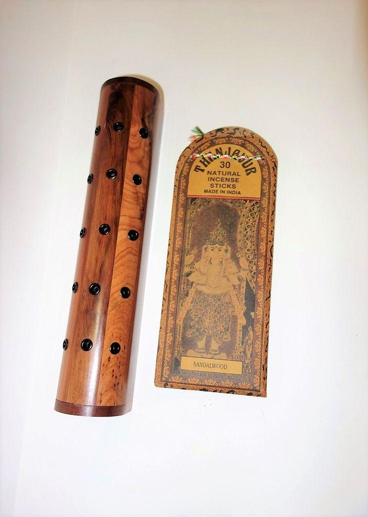 Porta-incienso hecho a mano en Marruecos con madera de Tuya.    Con la compra de este porta incienso recibes de regalo un paquete de inciensos originales hechos a mano en India. La fragancia depende del stock disponible.